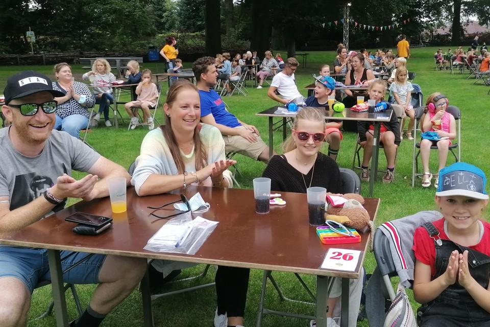 Maarten, Nathalie, Janne en Ella amuseren zich.