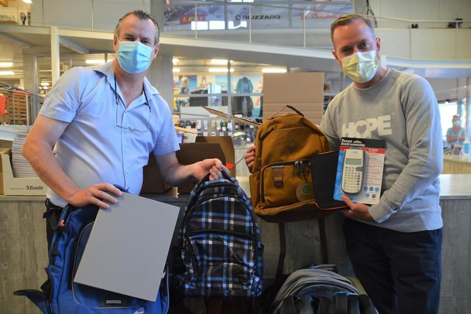 Peter Mariën-Bouwens (links) en rechts Michael Van der Voort die het materiaal komt oppikken in Massenhoven.