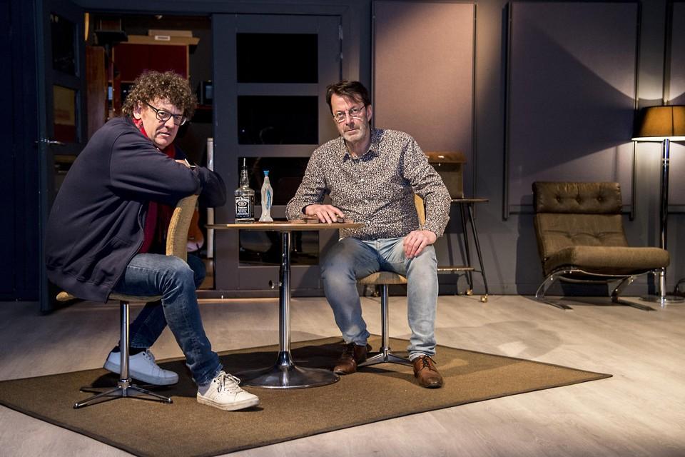"""Alain Van Zeveren (links) samen met acteur Karel Deruwe in zijn Headroom: """"Als ik de anderhalvemeter-regel voor social distancing toepas, kan ik nog achttien bezoekers toelaten."""""""