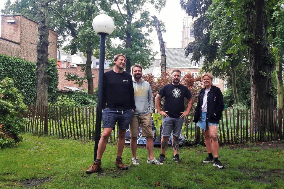Wim Van Thielen, Bert Floren, Wim Gyselen en Tine De Weerdt hebben de werkplunje aangetrokken om de tuin van de dekenij om te toveren tot Boombar.