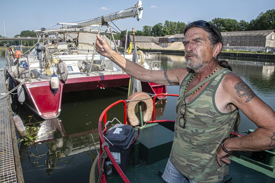 Paul Groenen woont al twintig jaar op zijn boot in Ten Aard.