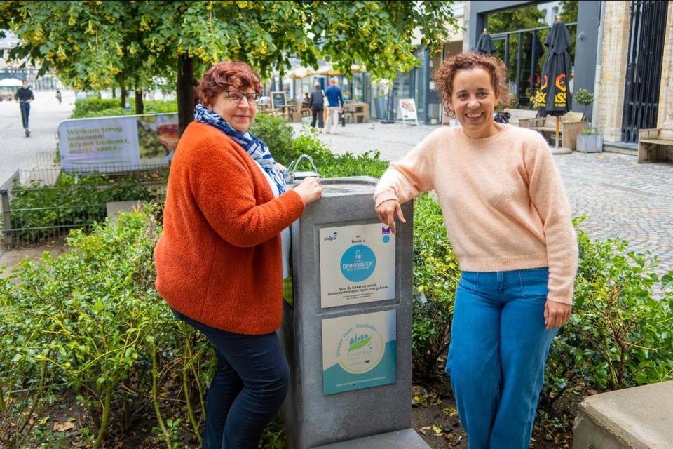 Schepenen Marina De Bie en Gabriella De Francesco aan een van de drinkwaterfonteinen in de Befferstraat.