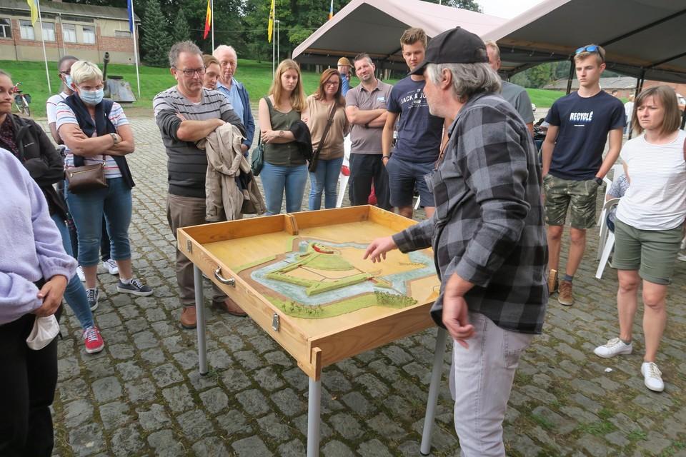 Gino Van Lommel geeft toelichting bij d eindeling van het fort.