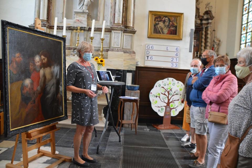 Restauratrice Chantal Siebens geeft uitleg bij het schilderij Petrus krijgt de sleutels van het Koninkrijk.