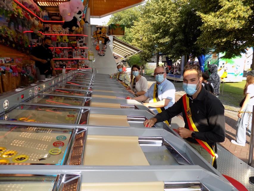 De burgemeester en schepenen in Vosselaar wagen zich aan een partijtje kamelenrace op de kermis.