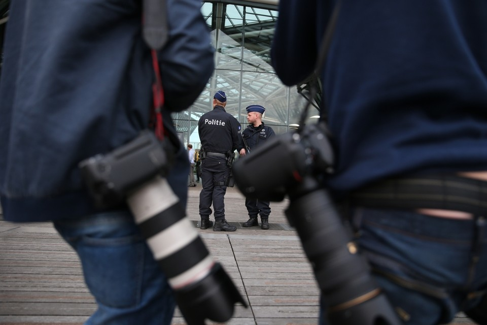 Aan het justitiepaleis was de belangstelling van de pers groot, maar de aanwezige agenten waren met nog meer.