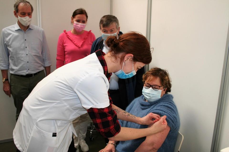 Verpleegkundige Britt had heel wat bekijks toen ze haar eerste coronaprik uitdeelde aan Sassi Van Vossel.