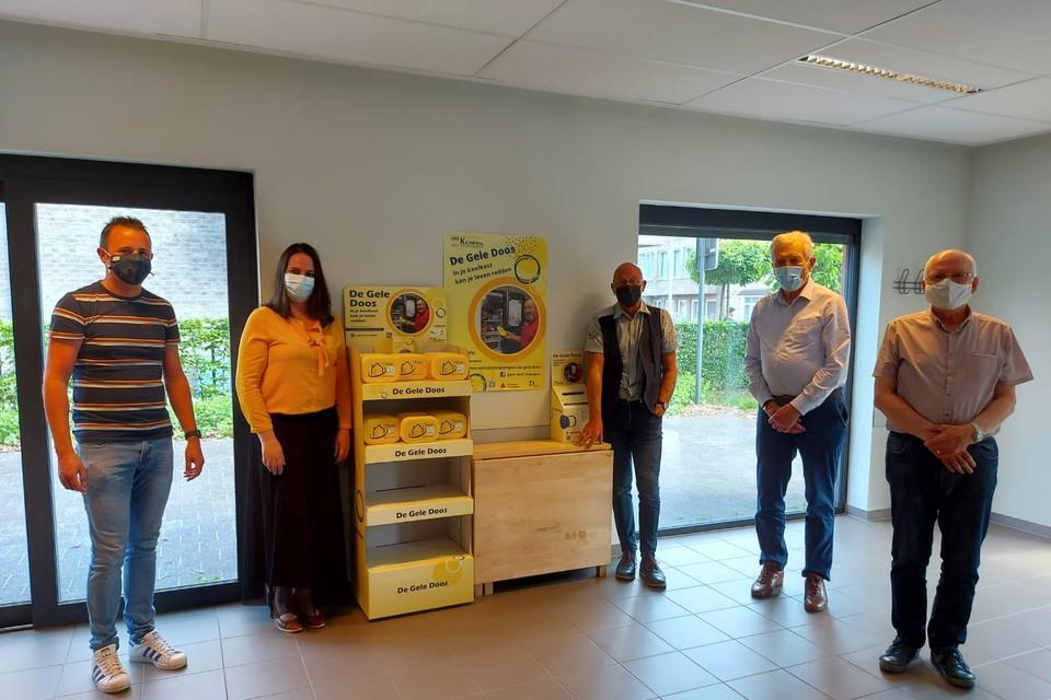 Steve Van Dijck, Nanouk Peeters, Wilfried Van Opstal, Michel Mertens en Jac Wilmsen presenteren de gele dozen voor Beerse.