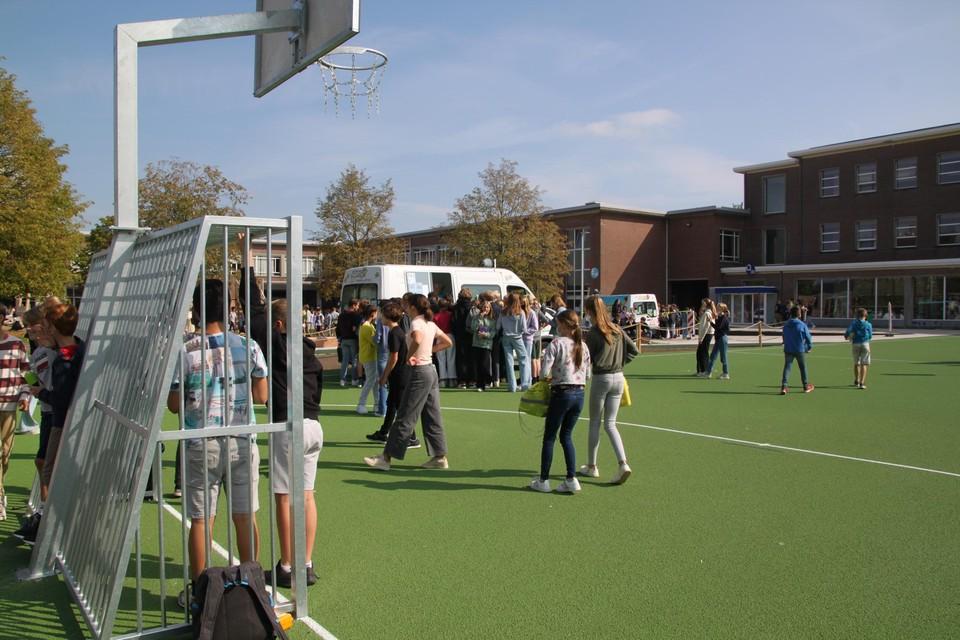 De leerlingen kregen hun speelplaats terug met muziek en een ijsje.