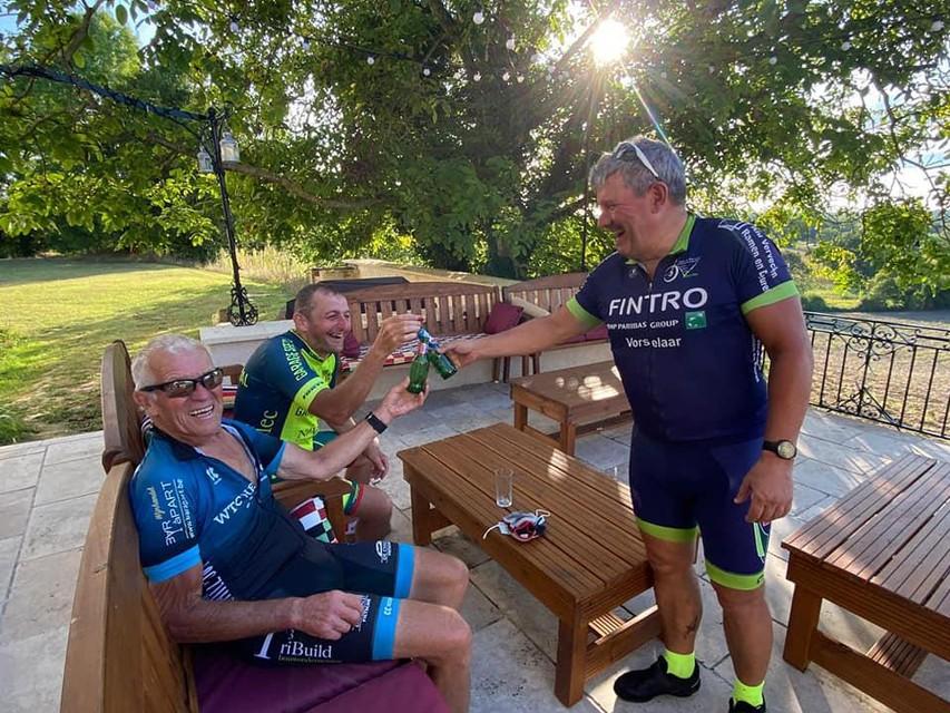 De drie fietsers genieten van een zware, maar succesvolle rit van een verdiend fris pintje.