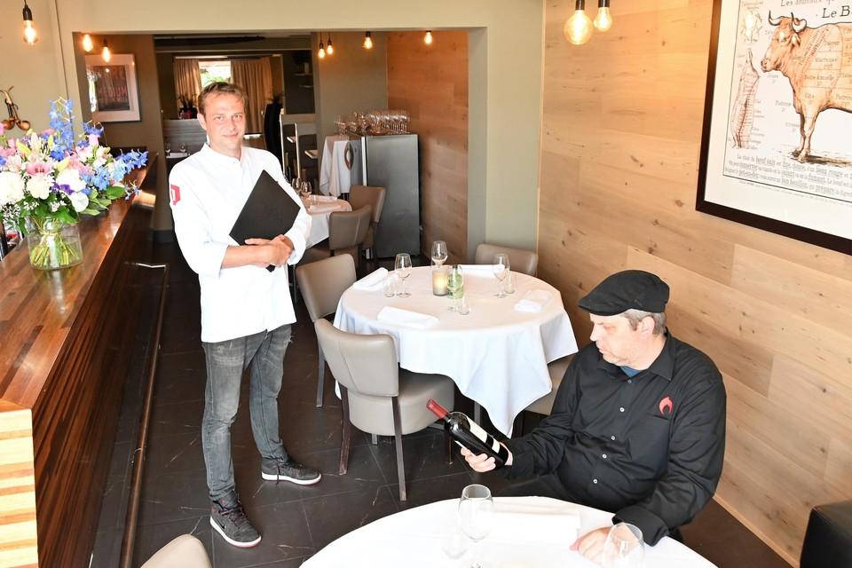 Chef Olivier Van Camp (links) en nieuwe sommelier Timothy Claus (rechts) presenteren restaurant La Pipe.