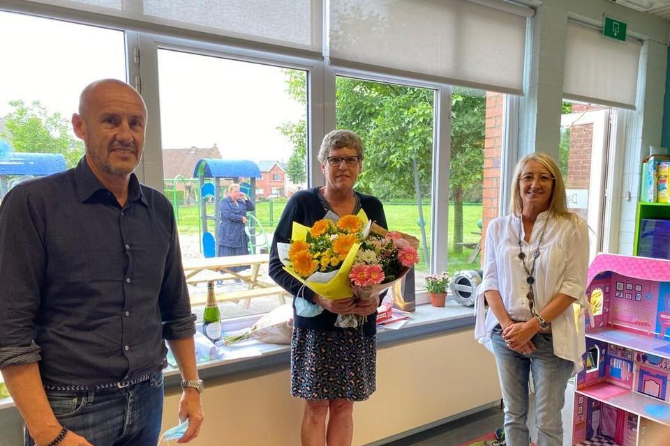 Medewerkster Maria Lens (centraal) werd onlangs in de bloemen gezet voor haar dertigjarige carrière bij BKO De Peulder in Peulis.