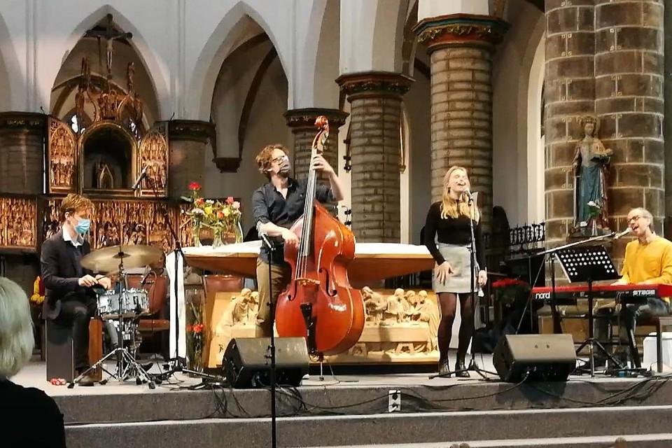 Sam Gevers, Wouter Berlaen, Lotte Stevens en Tom Kestens vertolken het Kleine Helden-lied, dat geschreven werd door Sam Gevers en Dirk Kennis.