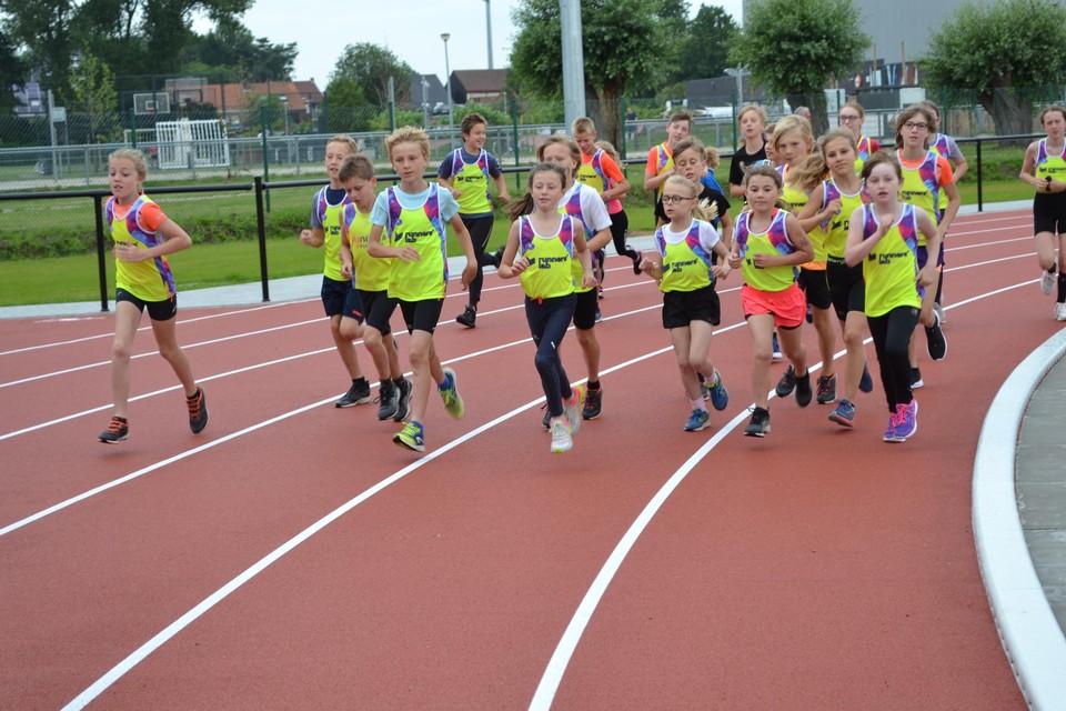 De jonge atleten konden zaterdag de eerste rondjes lopen op de nieuwe piste.