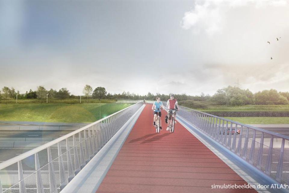De nieuwe fietsbrug over de E34 wordt dit weekend gelegd.