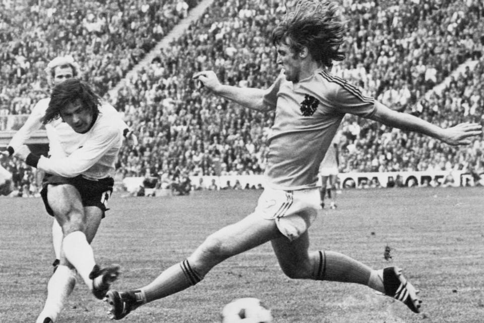 Gerd Müller (links) bij zijn goal in de finale van het WK 1974 tegen Nederland.