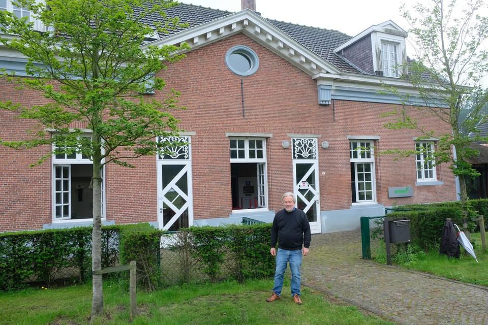 Rudi Pauwels bij het gebouw waar vroeger Jebra gevestigd was.