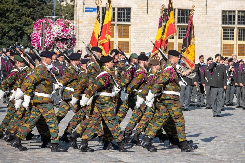 De bevelsovergave gebeurde met een ceremonie en militaire parade.