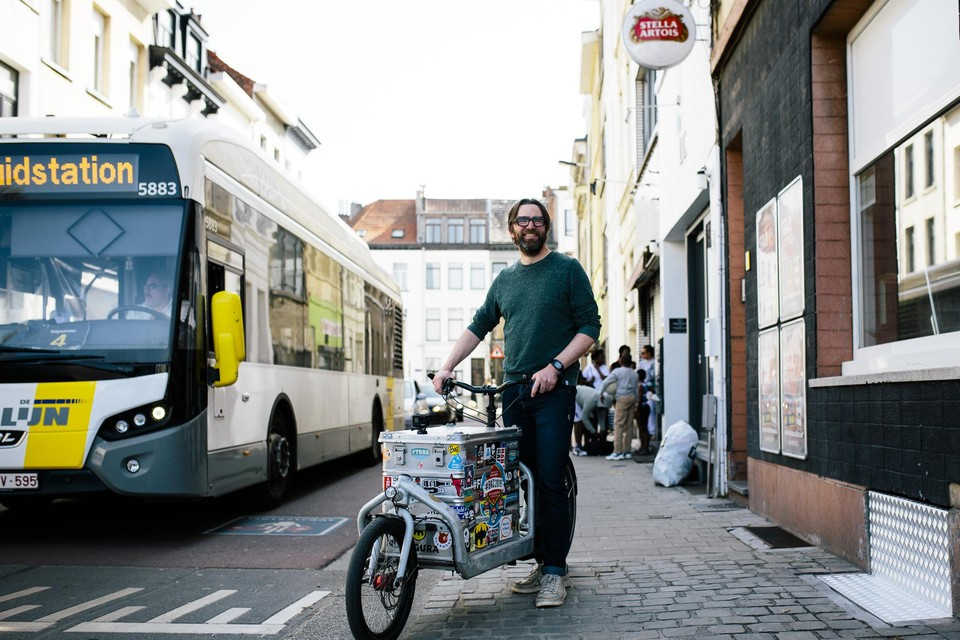 """Stijn Wens rijdt met ons door de Rotterdamstraat, een fietsstraat waar ook bussen doorrijden. """"Ronduit gevaarlijk."""""""