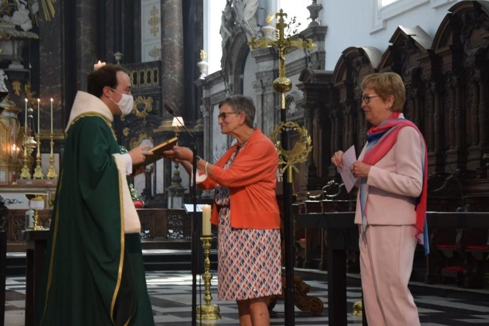 Elise en Hilda van de kerkploeg hadden een boek als geschenk voor kersvers priester Jef