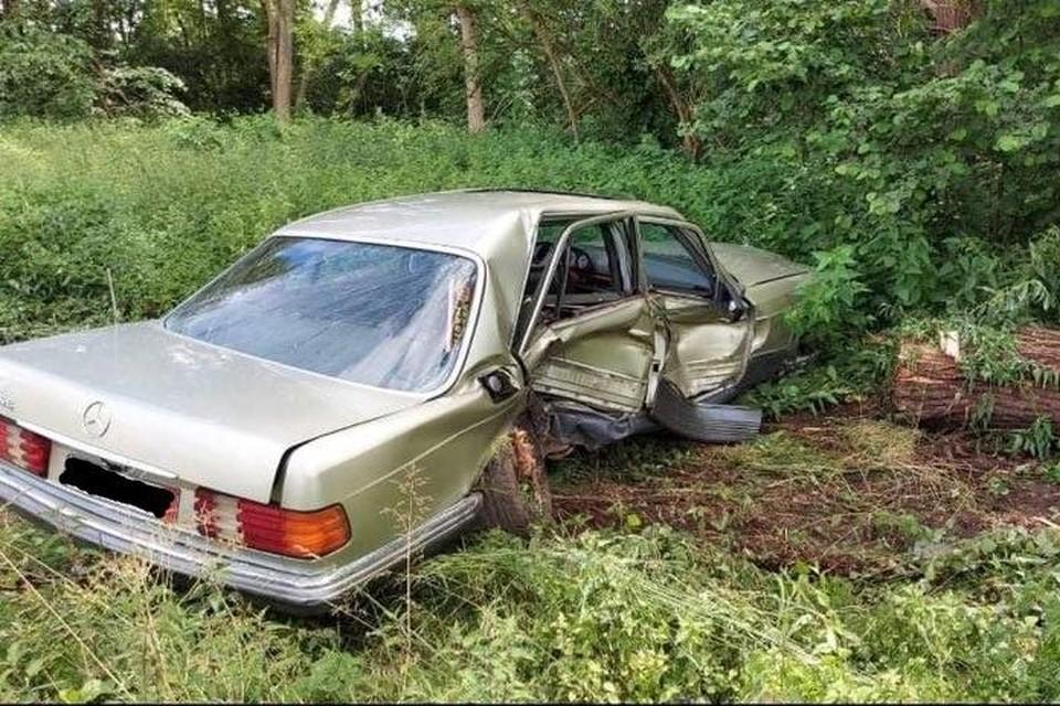 De auto crashte tijdens de achtervolging tegen een boom.