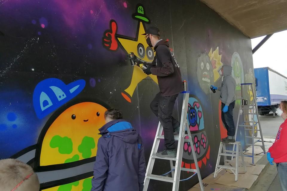 Sterren, planeten, ruimtetuigen en aliens: de jongeren van MPI Oosterlo leefden zich met graffiti uit op de kanaalmuur in Geel-Ten Aard.