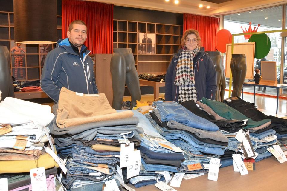 Steven Teughels en medewerkster Ellen Hendrickx maken van winkeluitverkoop een veiling.