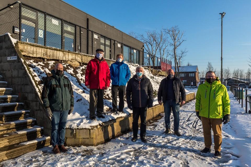 Voetbalclub Schelle Sport gaat verbouwen. Het terras wordt uitgebreid zodat onder het terras extra kleedruimte kunnen komen. Op de foto onder meer burgemeester Rob Mennes (midden) en voorzitter Yves S'Jongers (tweede van rechts.