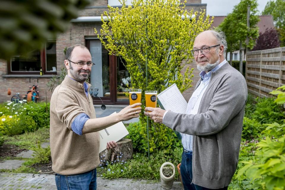 Ewout Fransen en Stan Michielsen klinken op een succesvol stamboomonderzoek.