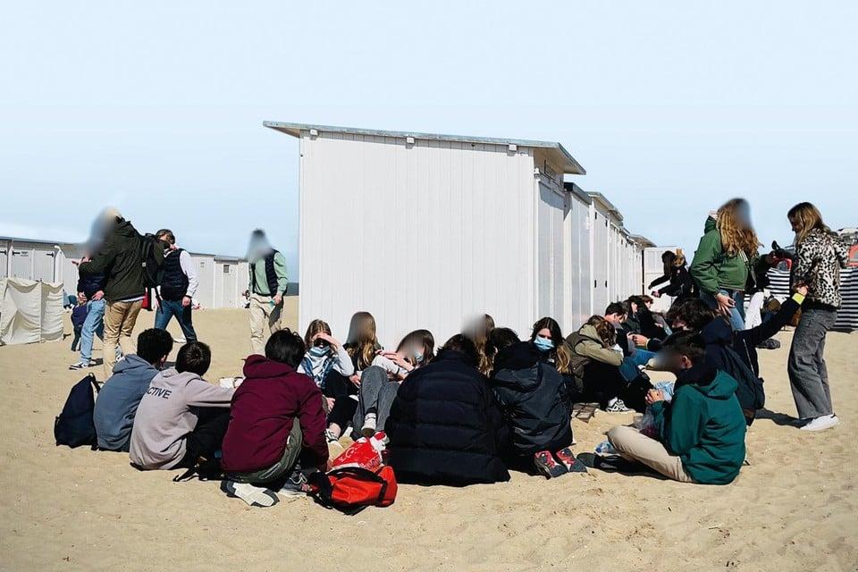 Vrijdag troepten tientallen jongeren (weer) samen op de dijk en op het strand van Knokke. Volgens de politie zijn veel van hen kinderen van rijke tweedeverblijvers.
