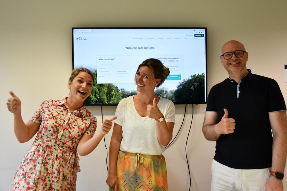Florence Myncke en Katrien Dierckx van de gemeentelijke communicatiedienst en burgemeester Dirk Bauwens: terecht trots op deze nieuwe stap in de digitale dienstverlening voor de Schildenaren.
