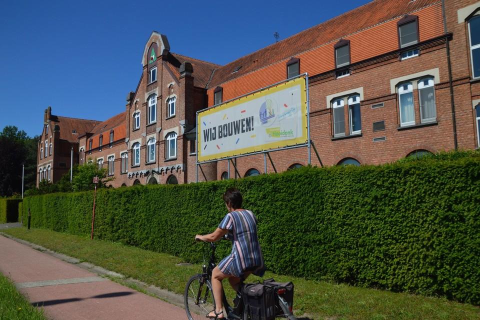 'Wij bouwen' hangt al twee jaar tegen de Langestraat voor Hooidonk. Maar nu wordt alles concreter.