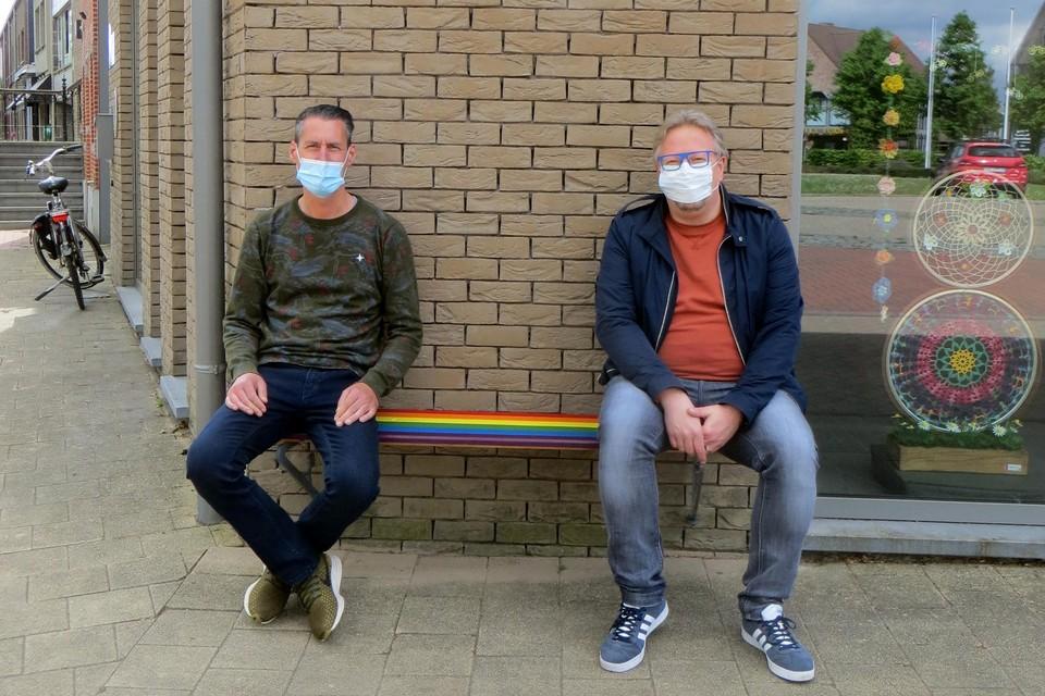 Schepen Bart Michiels (rechts) gaat op de kleurrijke gevelbank het gesprek over homofobie aan met Gert Mannaerts.