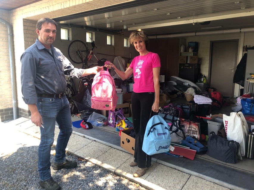 Rob uit Tielen levert nog twee rugzakjes met schoolmaterialen af bij juf Elsje in Kasterlee.