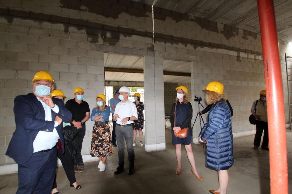 Burgemeester Erik Broeckx, schepen Livia Moreau en directeur Kathleen Essers bekijken de vorderingen.