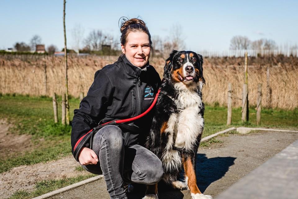 Jessy Van Bael, een van de oprichters van de vrijwilligersorganisatie Lostdogzzz met haar hond Lana.
