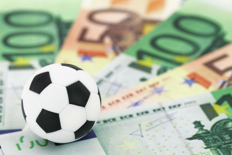 Het geld in het amateurvoetbal wordt nog stevig uitgedeeld. Liefst 93 procent geeft aan zijn spelers te betalen.