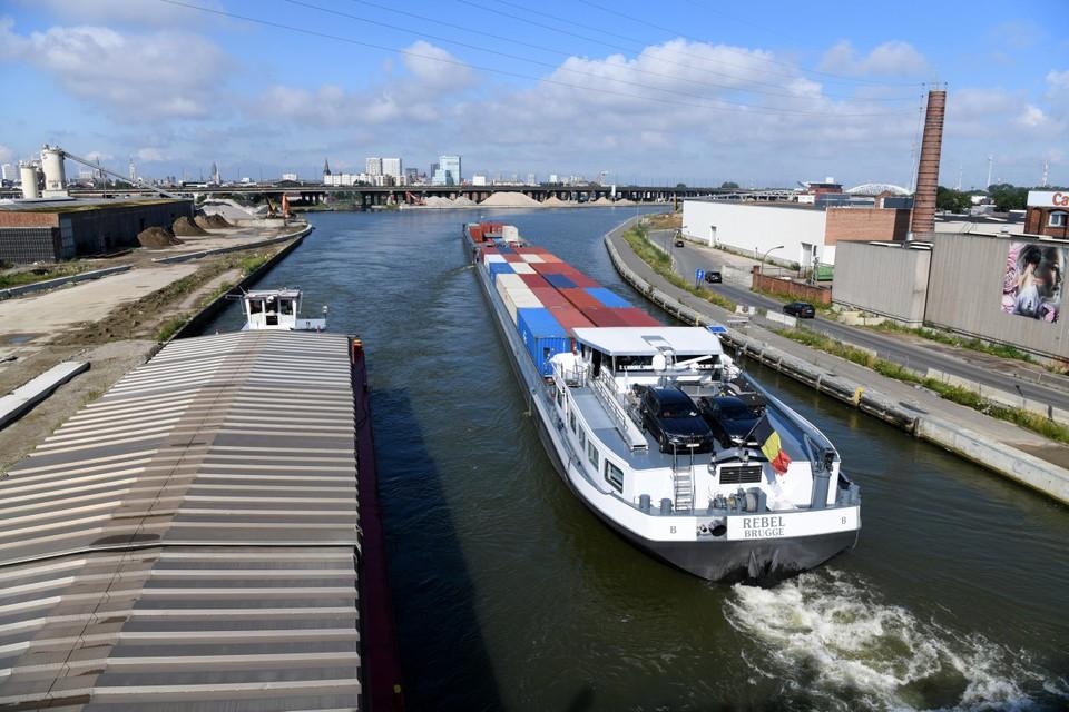 Voortaan kunnen binnenschepen tot vier containers hoog stapelen door de nieuwe, hogere brug van 't Sportpaleis.