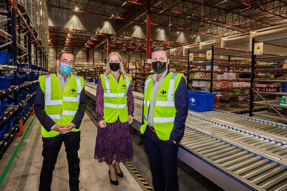 Staatssecretaris Eva De Bleeker samen met de CEO van Carrefour François-Melchior de Polignac en e-commerce directeur Jan Pollier.