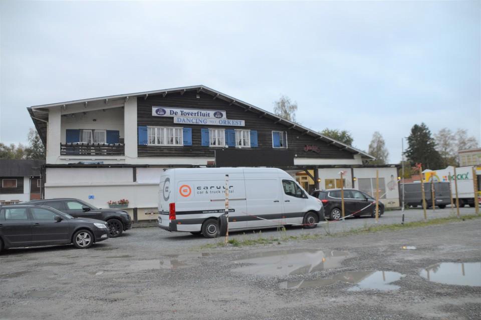 De parking van dancing De Toverfluit vormde alweer de kleedruimte en kantine voor acteurs.