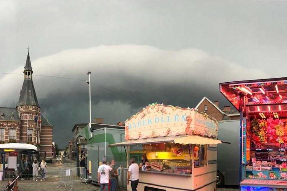 Schoten lijkt ontsnapt. De zwaarste onweerswolken rollen verder naar Deurne en Wijnegem. Het is wel een fascinerend beeld, mede door het contrast met de feestelijke kermiskramen.