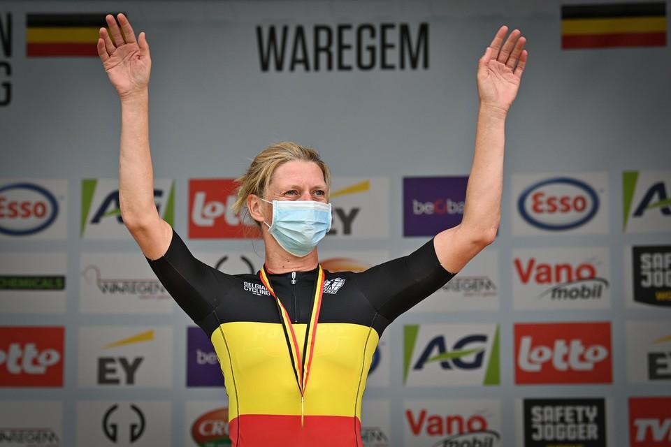 Ellen Van Loy kreeg op het BK in Waregem de tricolore trui als beste renster van de clubteams.