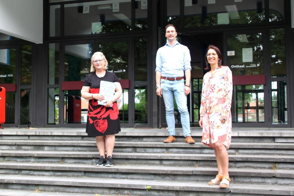 GOK-coördinator van Talentenschool Turnhout Nancy Van Hoof en directeur Wesley Wouters krijgen van schepen Kelly Verheyen 11.900 euro om de betrokkenheid van ouders met de Talentenschool te vergroten.