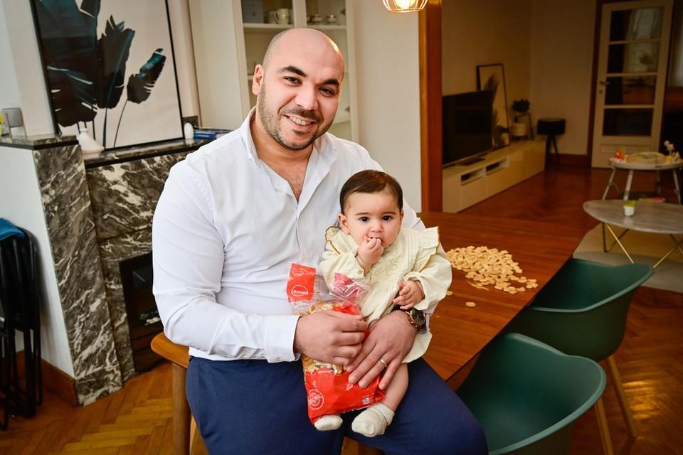 Yassin El Abdellati met dochtertje Soraya, naar wie hij zijn Soraya Biscuits noemde.