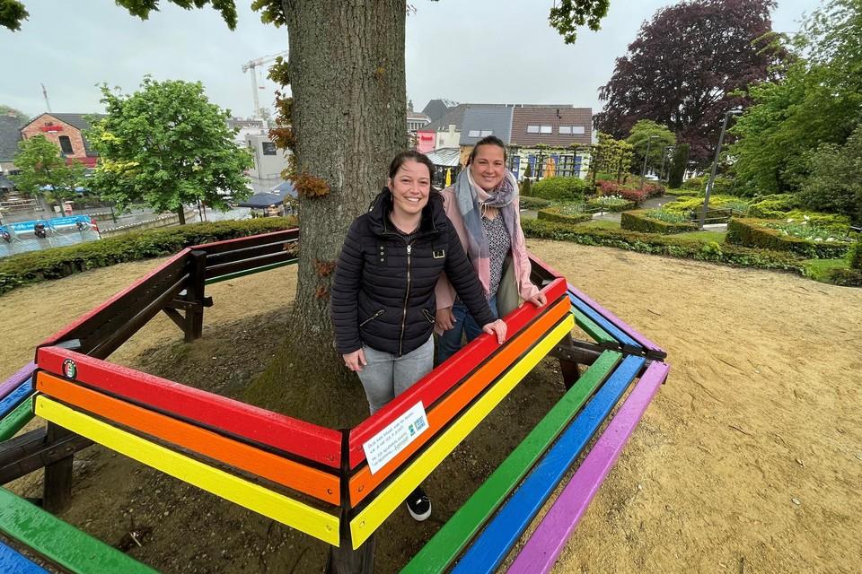 Schepen van Gelijke Kansen Kelly Van Tendelooen deskundige Gelijke Kansen Stefanie Buls tonen de kleurrijke zitbank.