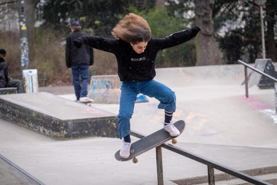Steeds meer meisjes beginnen te skateboarden. Zo ook de 14-jarige Mila Coolen.