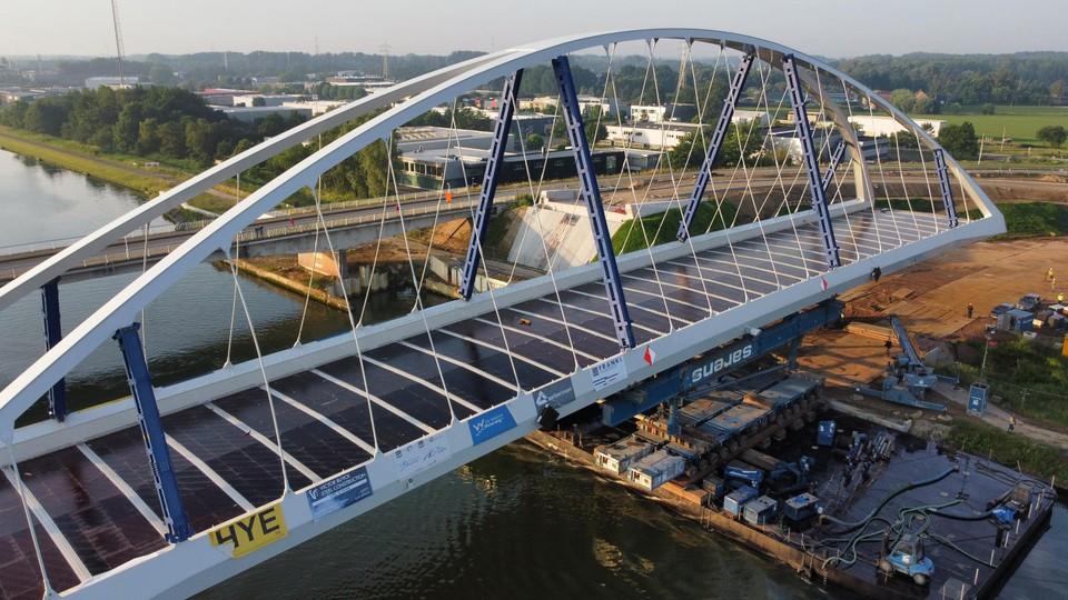 Volgend jaar in juni kan het verkeer over deze nieuwe brug.