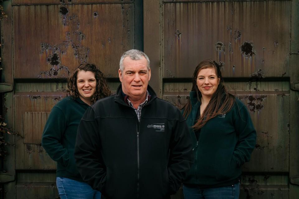 Stichter Dirk Maris en de dochters Lore (links) en Nele.