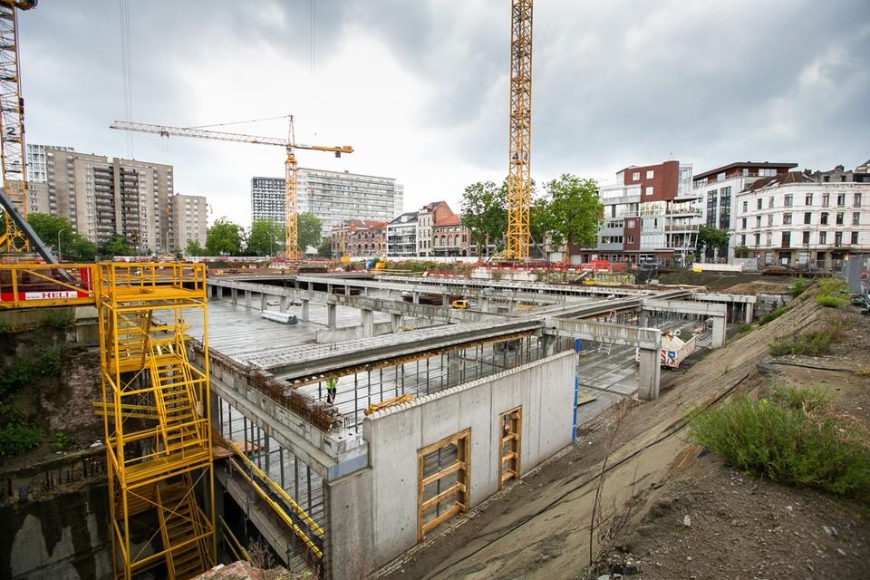 De maandenlange stilstand van de werken aan de parking aan de Gedempte Zuiderdokken kosten de stad nu een aardige duit.