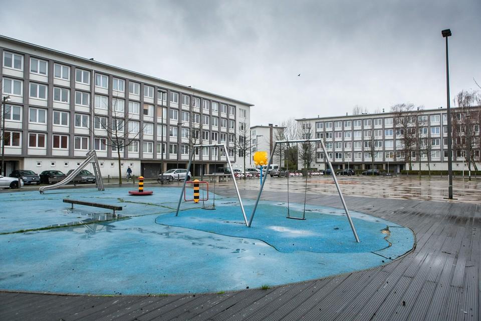 De witte complexen aan het Majoor Maelfaitplein. Twee zijn volledig zichtbaar op deze foto. De derde, die voor een stuk zichtbaar is, en een vierde liggen er achter.